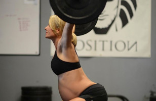 Incredible Mom Lifts Weights While Pregnant