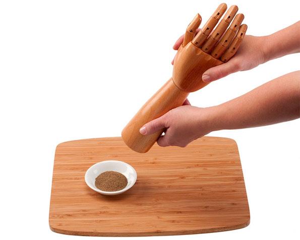 posable-hands-salt-and-pepper-grinder-2