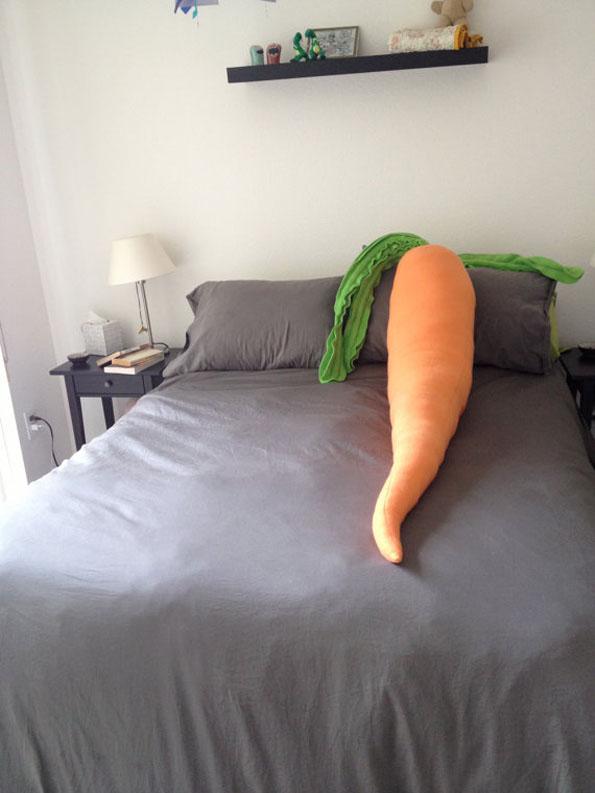 giant-carrot-pillow-2
