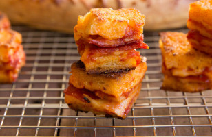 These DIY Pizza Croutons Make Eating Salad Almost Bearable