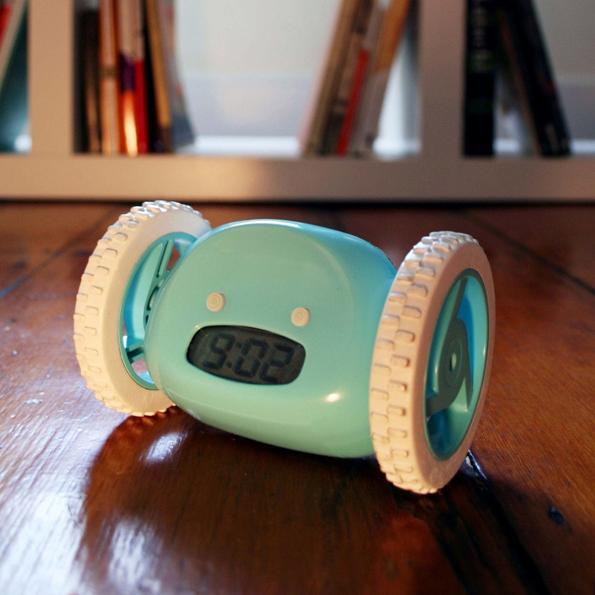 clock-alarm-clock-on-wheels-1