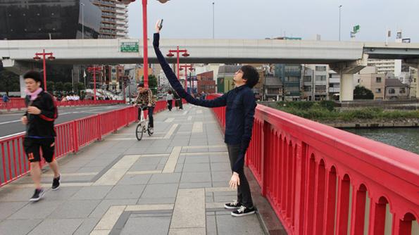 "A Guy Created An Extra Long ""Selfie Arm"" From Selfie Sticks"